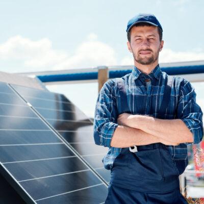 ¿Qué personal debo evitar para la instalación de mi placa solar?